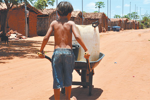 Em Luís Gomes não chove desde novembro. 18 carros-pipa fazem abastecimento.