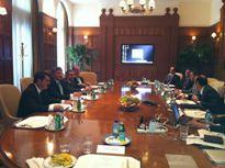 O deputado Ricardo Motta e os secretários Benito Gama e Obery Rodrigues reunidos com a equipe da secretária de Estado Hillary Clinton, comandada pela subsecretária de Políticas Internacionais, Reta Jo Lewis, e também pelo vice-presidente sênior do Exim Bank, John Mc Adams.