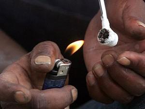 Foto de 2012 mostra usuário consumindo crack. (Foto: Werther Santana/Estadão Conteúdo)