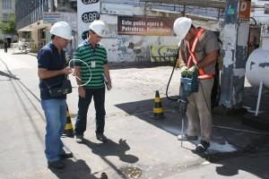 Fiscais vistoriam os postos de gasolina. (Foto: Adriano Abreu)