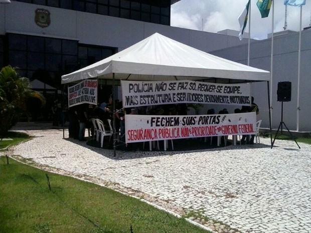 Policiais federais protestaram na frente da sede da PF em Natal (Foto: Arthur Barbalho/G1)