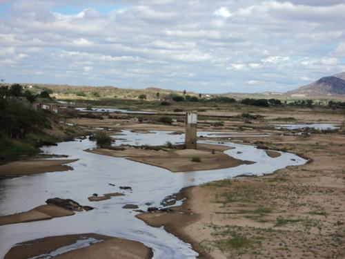 Em 2013, rio Piranhas, na cidade de Jucurutu, estava praticamente vazio (Foto: www.robsonpiresxerife.com)