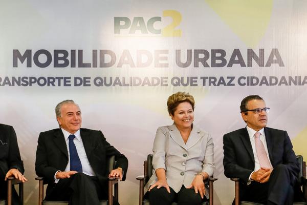 Vice-presidente Michel Temer, presidente Dilma Rousseff e presidente da Câmara, Henrique Eduardo Alves, foram algumas das autoridades que participaram do anúncio do Pacto da Mobilidade. (Foto: Blog do Planalto)