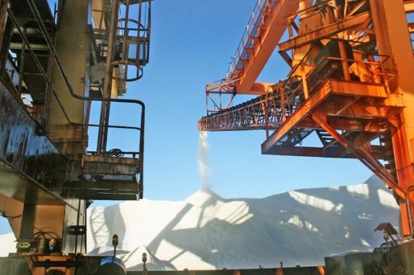 O sal que é produzido no Rio Grande do Norte sai do Terminal Salineiro de Areia Branca para três países e para o mercado interno (Foto: Codern/Divulgação)