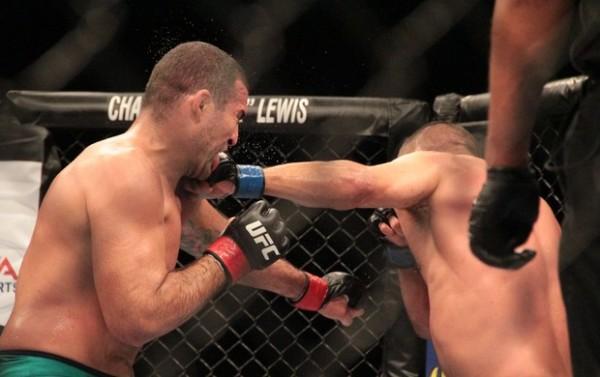 Henderson nocauteou Shogun no terceiro round da luta principal (Foto: Rodrigo Malinverni)