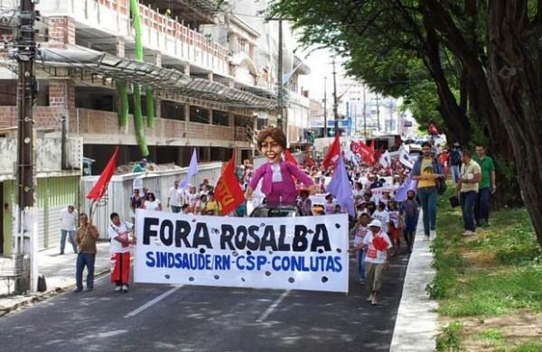 Servidores da saúde prometem caminhada do Hospital Walfredo Gurgel até a Governadoria nesta quarta. (Foto: Henrique Dovalle/G1)