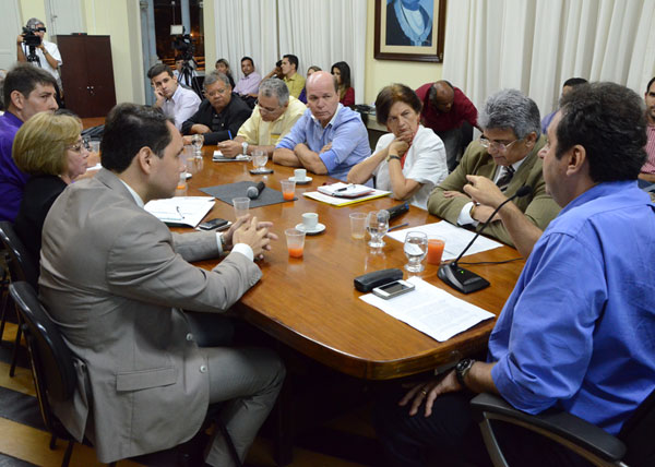 Carlos Eduardo convocou vereadores e explicou andamento do processo de unificação da bilhetagem. (Foto: Adriano Abreu)