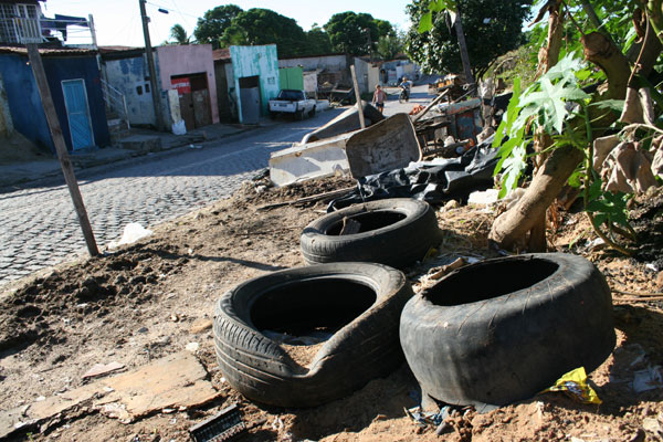 Em muitos bairros de Natal, o problema é o acúmulo de recipientes e pneus que podem acumular água e proliferar larvas do Aedes. (Foto: Junior Santos)
