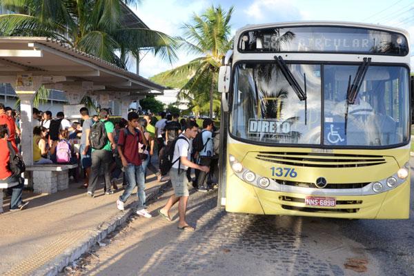 Ônibus da linha circular no Campus da UFRN. (Foto: Adriano Abreu)