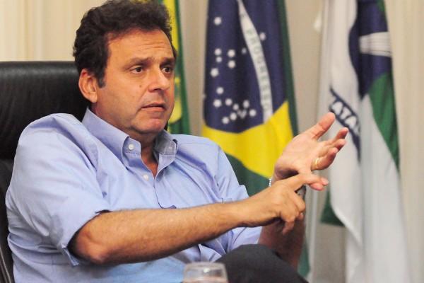 Prefeito Carlos Eduardo Alves aprovou lei. (Foto: Alberto Leandro)