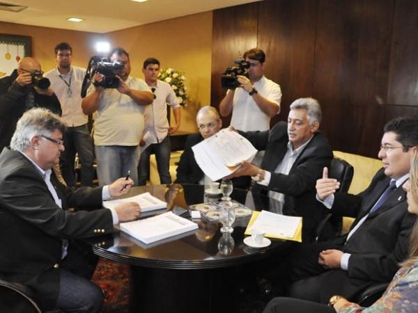 Representantes do Marcco entregaram o docuemnto aos deputados (Foto: Eduardo Maia/Assecom ALRN)