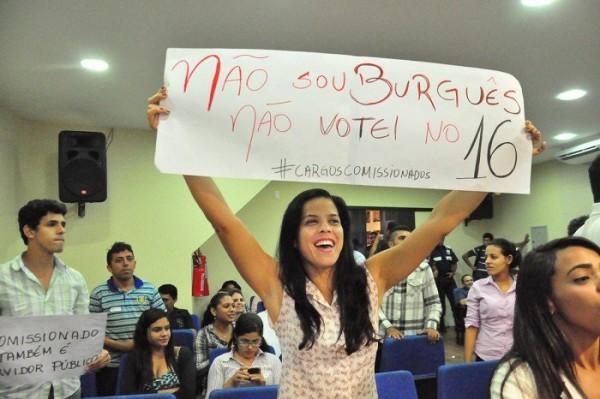 Servidores exibiram cartazes reivindicando reajuste de 162% (Foto: Wellington Rocha)