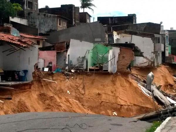 Segundo a Prefeitura de Natal, 60 operários e 14 caminhões trabalham dia e noite para fechar a cratera aberta em Mãe Luiza (Foto: Reprodução/Inter TV Cabugi)