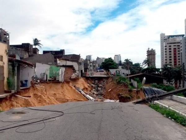 Casas próximas à cretera aberta na rua Guanabara ainda correm risco de desabar (Foto: Camila Torres/Inter TV Cabugi)