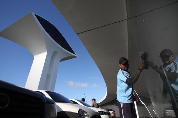 Operários trabalham na limpeza da estrutura que tem a assinatura do arquiteto Oscar Niemeyer. (Foto: Alex Régis)