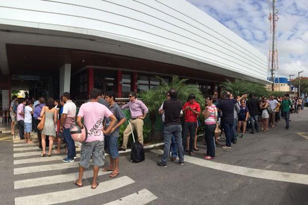 Torcedores fizeram fila para buscar últimos ingressos para a Copa do Mundo. (Foto: Rayane Maynara)