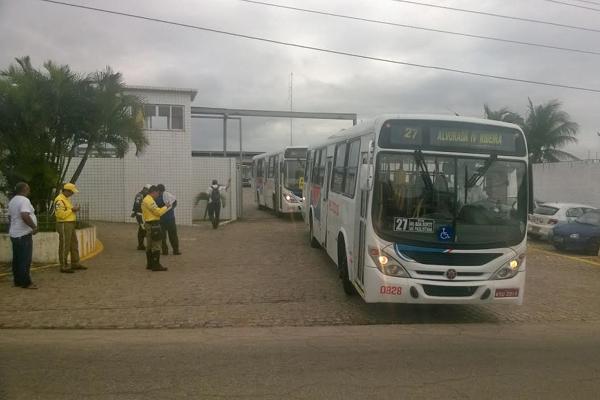 Primeiros veículos da empresa Reunidas saíram por volta das 8h. (Foto: Adriano Abreu)