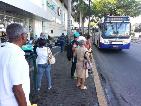 Prefeitura do Natal concede autorização para que permissionários, veículos de transporte escolar, táxis e utilitários operem nas linhas de transporte coletivo. (foto: Alberto Leandro)