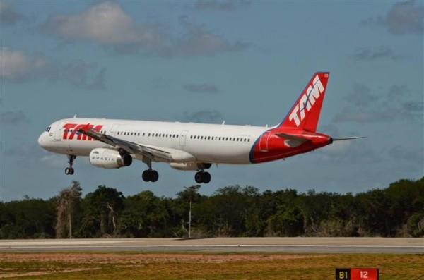 Primeiro avião pousa no aeroporto de São Gonçalo do Amarante. (Foto: conselhoemacao2010.blogspot.com)