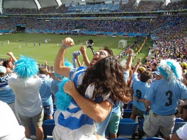 Em bom número, uruguaios comemoram gol que deu a vitória sobre a Itália (Foto: Augusto Gomes/G1)