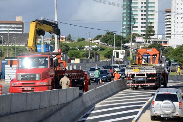 Serviços de finalização comprometem fluidez do trânsito. Ao longo do dia, caminhões ocupam uma faixa da pista, para apoio às obras. (Foto: Frankie Marcone)