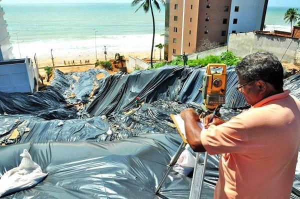 Lonas protegem cratera formada pela água da chuva. (foto: jornaldehoje.com.br)