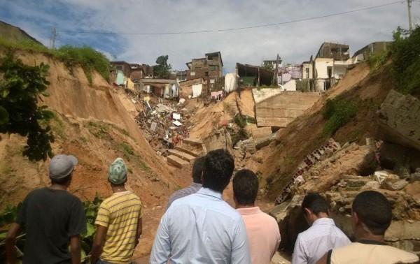 Deslizamento de terra em junho desalojou moradores em Mãe Luíza, Natal (Foto: Felipe Gibson/G1)