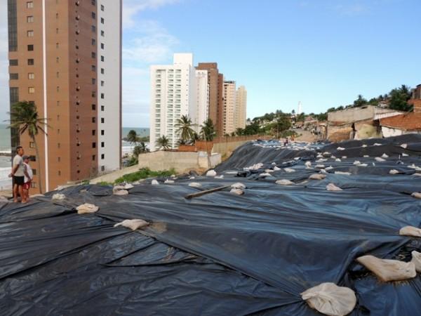 Área atingida por deslizamento foi coberta por lona (Foto: Felipe Gibson/G1)