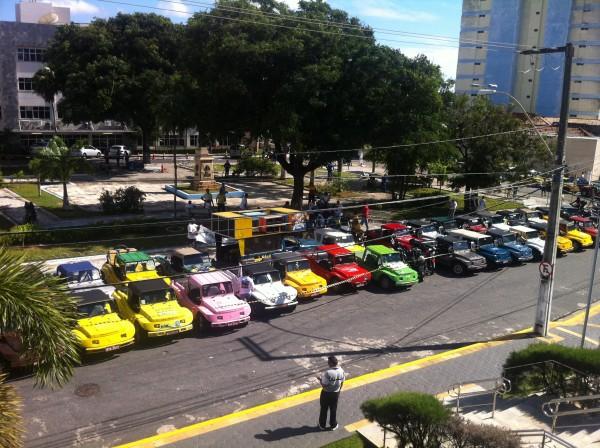 Bugueiros se reúnem em frente a sede da Assembléia Legislativa onde projeto está em votação. (Foto: Marcos Barros)