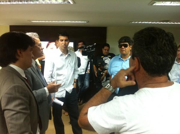 Membros do Jeep Clube conversam com deputados sobre a votação do projeto de Lei na Assembleia Legislativa. (Foto: Marcos Barros)