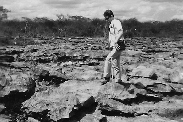 O jornalista Tomislav R. Femenick, percorrendo o terreno recoberto por rochas. (Foto: arquivo)