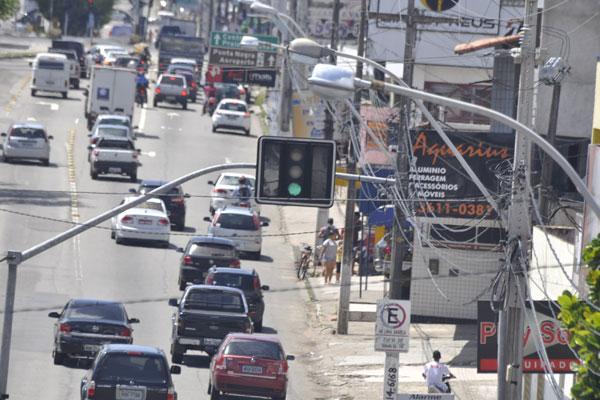 Motoristas de carros particulares criticam corredor e reclamam que sinais não são sincronizados. (Foto: Magnus Nascimento)
