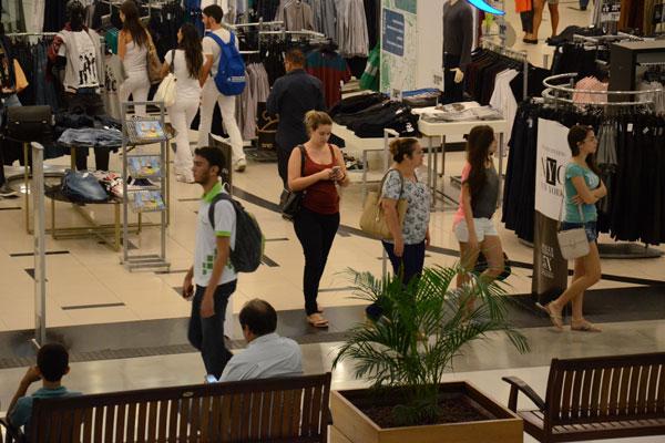 Shopping em Natal: O comércio é um dos setores que apontam prejuízos à atividade com a redução de dias úteis para funcionar. (Foto: Junior Santos)