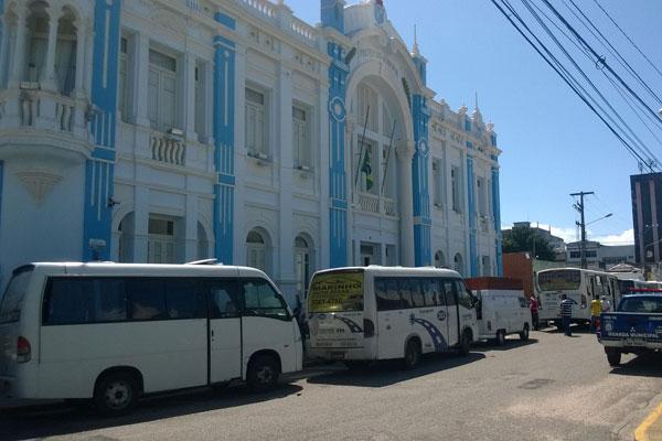 Permissionários foram até as proximidades da Prefeitura para protestar. (Foto: Fernando Machado)