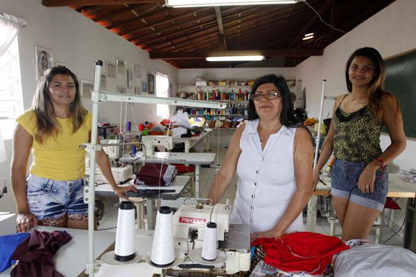 Douralice e as filhas: Produção de fardamentos, camisetas e uniformes para escolas municipais. (Foto: Moraes Neto)