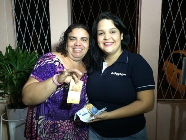 Dona das contas e do dinheiro, Katherine foi buscar o troco na casa de Thaísa (Foto: Felipe Gibson/G1)