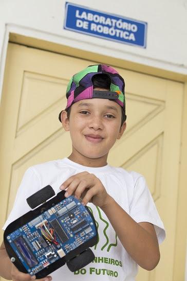 Genesis da Silva, 13, diz que projeto o incentivou a querer ser engenheiro, além de ajudar seu desempenho na escola. (Foto: Anastácia Vaz)