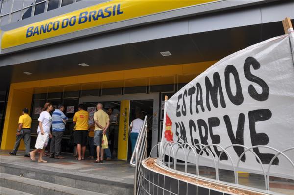 Bancários estão em greve desde a terça-feira. (Foto: Emanuel Amaral)