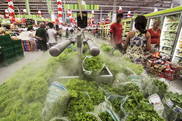 O consumidor está mais seletivo na hora de fazer a lista de compras: O mais caro perde espaço. (Foto: Alex Régis)