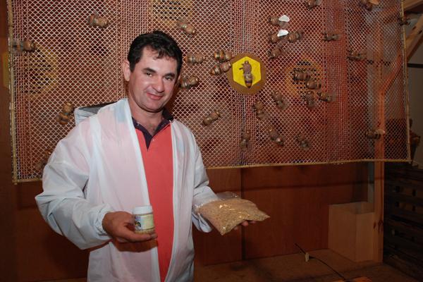 O apicultor Célio Lino é um dos pioneiros no RN na extração de pólen: Agregando valor ao produto. (Foto: Marco Polo Veras)
