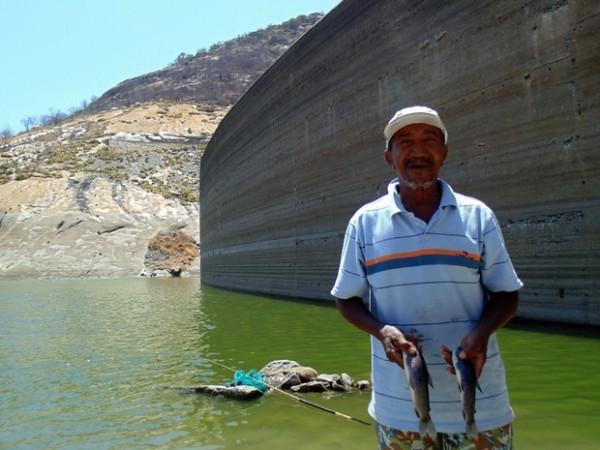 José Luiz é um dos poucos pescadores que ainda arriscam a sorte em Gargalheiras (Foto: Fred Carvalho/G1)