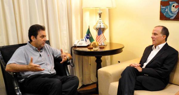 Carlos Eduardo (esq.) recebe Cônsul Geral dos EUA, Richard Reiter. (Foto: divulgação)