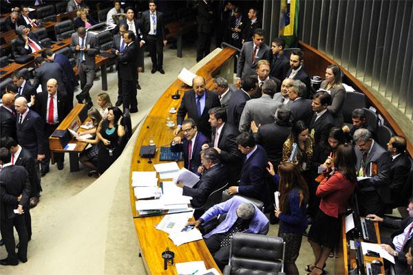 Deputados votam a PEC que define um aumento escalonado de um ponto percentual no FPM. (Foto: Luiz Macedo)