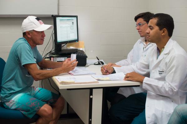 Cerca de 40 pacientes são atendidos por urologistas e estudantes de medicina no ambulatório do Hospital. (Foto: Anastácia Vaz)