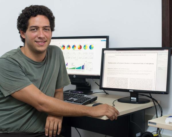 Pesquisador Rodrigo Pavão fez o planejamento e execução experimental do projeto, rodando em computadores as simulações e organizando resultados. (Foto: Anastacia Vaz)