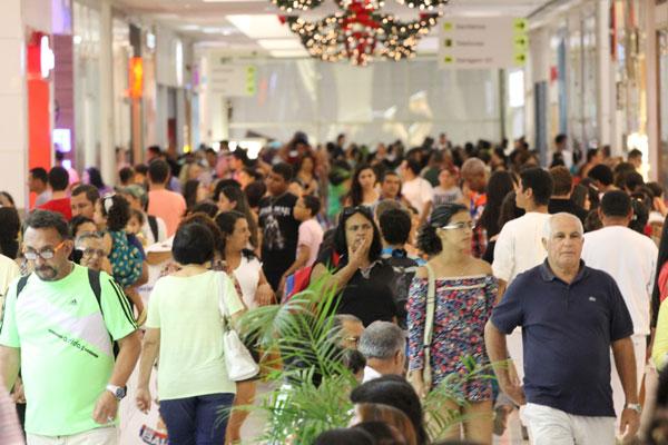 Corredor de shopping em Natal ficou lotado, ontem. Do lado de fora, o trânsito ficou lento. (Foto: Humberto Sales)