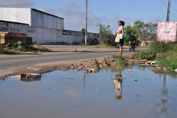 Na avenida Industrial João Mota, na zona oeste da capital, o problema de falta de saneamento também aparece nas ruas. Água servida e esgostos a céu aberto são encontrados diariamente. (Foto: Emanuel Amaral)