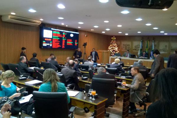 Vereadores seguem discutindo e apreciando as emendas à LOA. (Foto: Roberto Lucena )