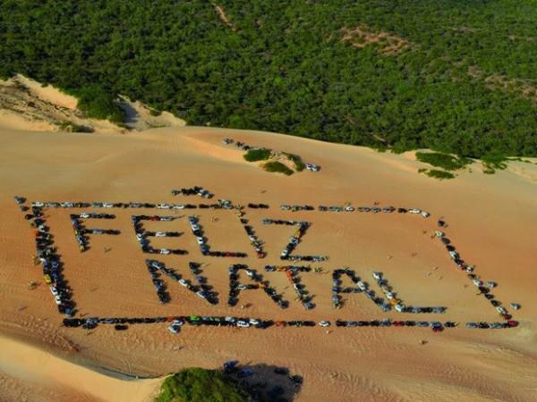 Grupos de jipeiros formaram mensagem natalina nas dunas de Pitangui (Foto: Celso Roberto Suricatu/G1)