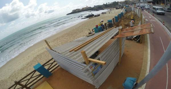 Operários circulam no calçadão da Praia de Ponta Negra nesta quarta-feira (Foto: Cláudio Abdon/Portal No Ar)